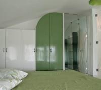 Garderob pri skosen tavan